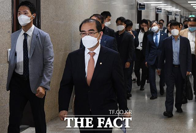 외교안보특위 2차회의에 참석하는 태영호 의원(왼쪽 두번째)