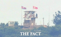 [TF포토] 인공기-최고사령관기 걸린 북한군 초소