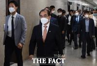 [TF포토] 미래통합당 외교안보특위 회의 참석하는 태영호