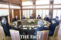 文, 전 통일장관 등 원로들과 오찬…남북관계 고견 청취