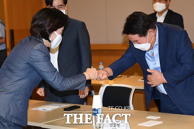주먹인사 나누는 박영선 중소벤처기업부 장관(왼쪽)과 신달석 한국자동차산업협동조합 이사장