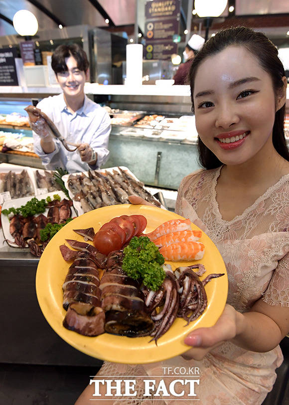 18일 오전 서울 중구 신세계백화점 본점 식품관 수산 코너에서 모델들이 생물 오징어를 들고 포즈를 취하고 있다. /이선화 기자
