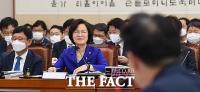 [TF사진관] 추미애, 여당 의원들과 '여유 있는 웃음'