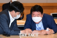 [TF포토] 대화 나누는 공영운 현대기아차 사장과 신달석 한국자동차산업협동조합 이사장