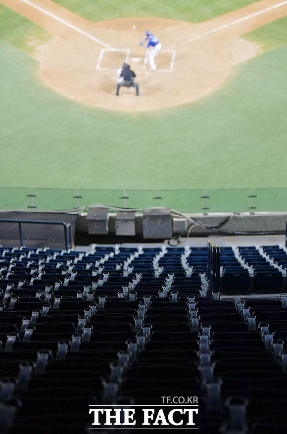 텅 빈 관중석...함성 없는 야구장.