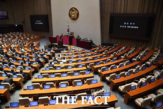 지난 15일 오후 국회 본회의장에선 통합당 의원들이 불참한 가운데 법사위원장 등 6개 상임위원장 선출이 단행됐다. /남윤호 기자