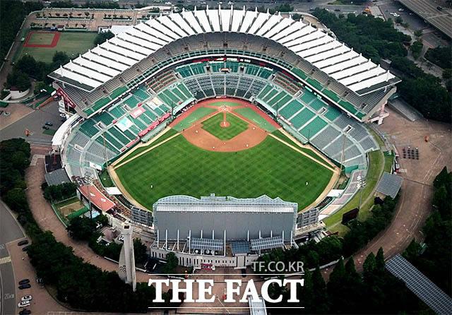18일 오후 경기가 열리는 인천 미추홀구 SK행복드림구장. 관중석은 비었고 경기장 주변에 사람은 보이지 않는다.