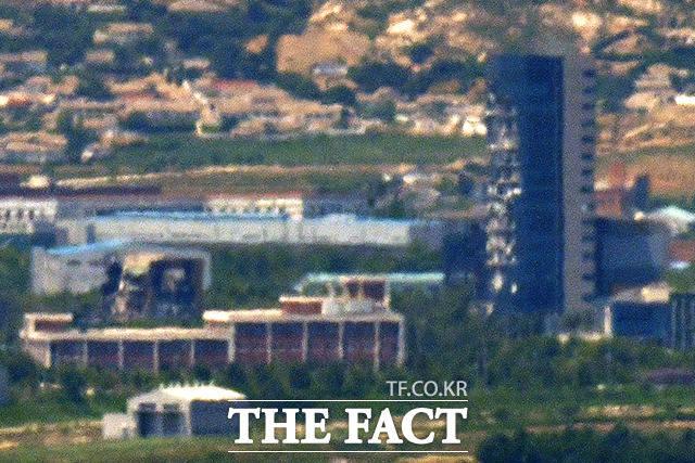 남북관계가 긴장 국면으로 접어든 가운데 19일 오후 경기도 파주시에서 바라본 개성공단 지역에 폭파된 남북공동연락사무소 청사와 개성공단지원센터가 보이고 있다. /파주=이선화 기자
