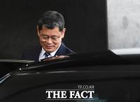 [TF포토] 정부서울청사 떠나는 김연철 장관