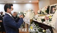 [TF포토] 홍사덕 전 부의장 빈소서 헌화하는 정병국
