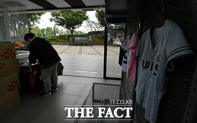 취재진이 경기장 내 야구용품 상점을 한 시간가량 지켜봤지만, 찾는 손님은 한 명도 없었다.