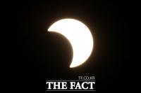 [TF포토] 태양 면적 45% 가려진 부분일식