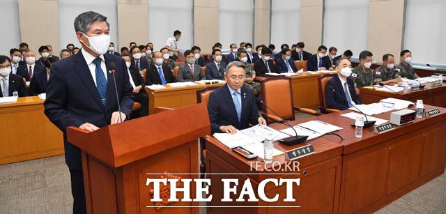 정경두 국방부 장관(왼쪽)이 22일 오전 서울 여의도 국회에서 열린 국방위원회 첫 번째 전체회의에 출석해 업무보고를 하고 있다. /국회=남윤호 기자