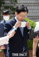 [TF포토] 마스크 벗는 김경수
