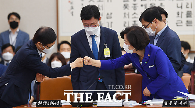 추미애 법무부 장관이 지난 18일 오전 서울 여의도 국회에서 열린 법제사법위원회 전체회의에 참석해 주먹 인사를 하고 있다./이새롬 기자