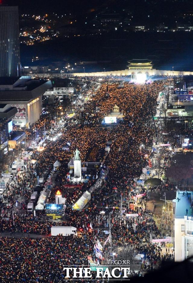 지난 2016년 12월 광화문광장을 가득 메운 박근혜 대통령 퇴진 요구 촛불집회 모습. /이효균 기자