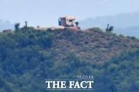 [TF포토] 감시초소 청소하는 북한