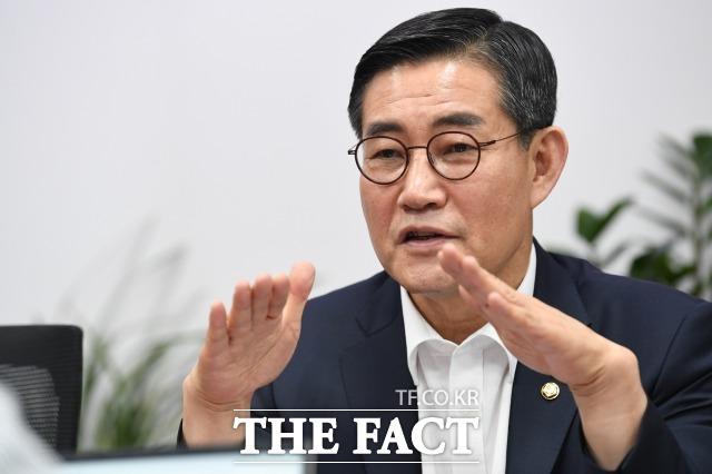 국방·안보 전문가인 신원식 미래통합당 의원이 23일 국회에서 진행한 더팩트와 인터뷰에서 북한에 끌려다니는 문재인 정부를 비판하며 문재인 정부가 북한보다 더 북한 편을 들고 있다고 말하고 있다. /국회=남윤호 기자