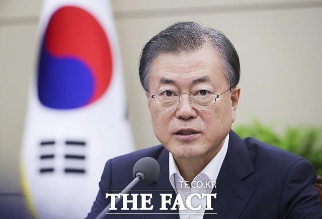 김정은 북한 국무위원장이 24일 대남 군사행동계획을 전격 보류했다. 한반도 정세가 새 국면에 접어들 가능성이 예상되는 가운데 문재인 대통령이 한국전쟁 70주년을 맞아 북한에 어떤 메시지를 발신할지 주목된다. /청와대 제공