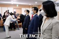 [TF포토] 유공자 정부포상 시상식, 훈장 수여하는 추미애