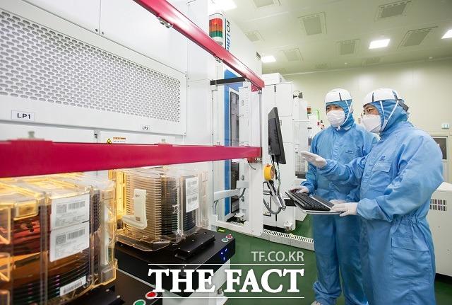 삼성전자가 설비·부품 협력사 지원 및 산학협력을 바탕으로 국내 반도체 생태계 확장에 본격적으로 나선다. /삼성전자 제공
