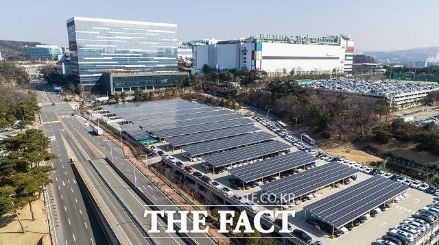 삼성전자는 대규모 전력이 소모되는 반도체 사업장을 중심으로 재생에너지를 활용하는 방안을 지속해서 연구하고 있다.기흥캠퍼스 주차타워에 설치된 3600장, 1500KW 규모의 태양광 발전 시설 /삼성전자 제공