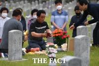 [TF사진관] '한국전쟁 70주년'…현충원 찾은 유가족들