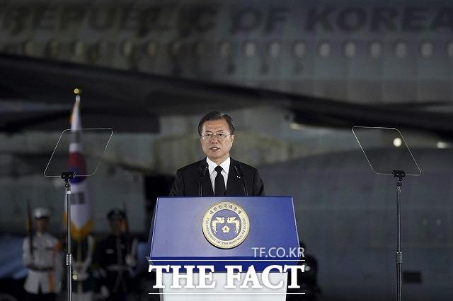 문재인 대통령이 25일 경기 성남시 서울공항에서 열린 6·25전쟁 제70주년 행사에서 기념사를 하고 있다. 이날 행사에는 6·25전쟁 70주년을 맞아 최초로 UN 참전 22개국 정상이 보내온 영상 메시지가 상영됐다. /청와대 제공