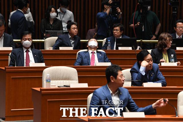 그리고 눈을 감고 잠을 청하는 김기현 의원(가운데)