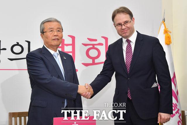슈테판 잠제 콘라드 아데나워 재단 한국사무소장(오른쪽)과 면담 갖는 김종인 비대위원장