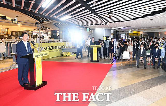 많은 사람들이 모인 코리아패션마켓 개막식