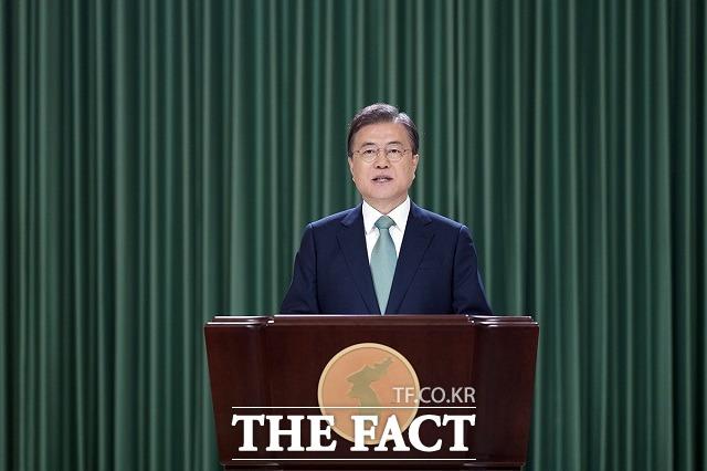 문재인 대통령이 25일 6·25전쟁 70주년 기념사에서 거듭 북한에 대화에 나설 것을 강조했다. 대북전단 살포에 강하게 반발하며 고강도 대남 압박을 지속해온 북한이 호응할지 주목된다. /청와대 제공