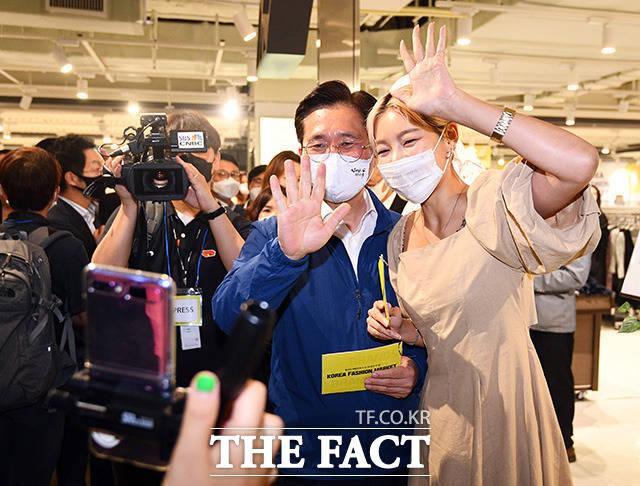 코리아패션마켓 공식 인터넷방송을 통해 인사를 전하는 성윤모 장관(왼쪽)과 모델 송해나