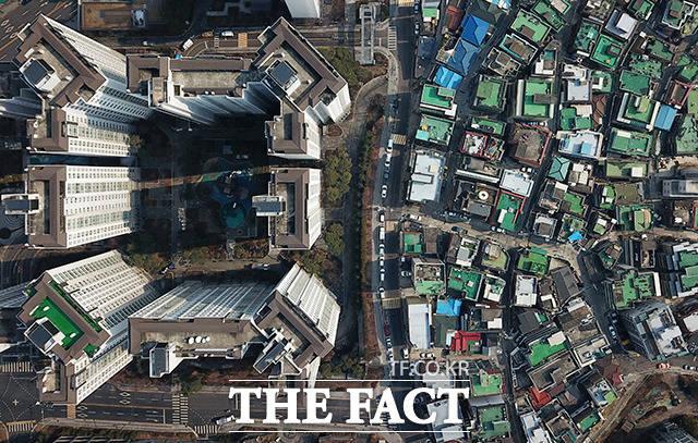 2020년 대한민국의 집은 사는 곳인가 사는 것인가. 부동산값의 상승은 필연적으로 불로소득으로 이어진다. 투기 광풍을 불러오고 국가 경제 시스템을 붕괴시키며 빈부 격차도 심해지게 된다. 사진은 서울 성동구 금호동 일대의 모습. /배정한 기자