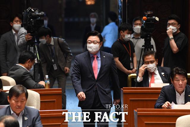 성큼성큼... 양당 회동에 참석했던 김성원 원내수석부대표