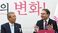 [TF사진관] '변화의 조각' 모으는 김종인