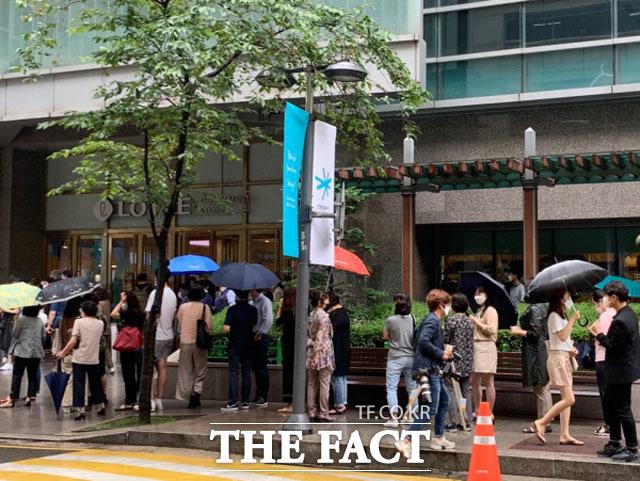 25일 오전 면세 명품 대전이 열린 롯데백화점 노원점에서 반값 명품을 사려는 시민들이 줄지어 서 있다. /한예주 기자