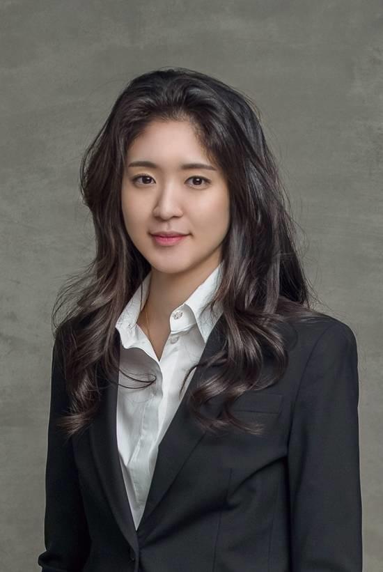 서민정 씨와 홍정환 씨는 올해 초 지인 소개로 만나 결혼 전제로 열애 중이며 27일 오후 6시 약혼식을 올린다. /아모레퍼시픽 제공