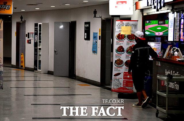 고척돔 지하의 많은 상점들이 대부분 문을 닫았다. 텅빈 매장 앞에서 손님을 기다리는 한 상인.