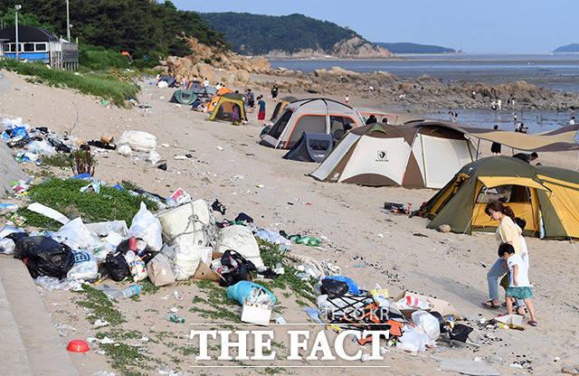 인천 내 해수욕장이 7월1일 부터 순차적 개장을 앞둔 가운데 해변가에 쓰레기들이 잔뜩 쌓여 있다.