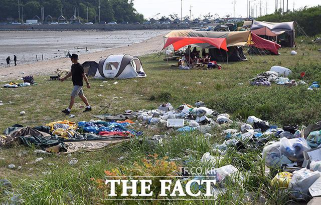 '양심은 어디에?' 주말인 27일 오후 인천 중구 을왕리의 한 해변에 피서객들이 버리고 간 쓰레기들이 오래 방치된채 악취를 풍기고 있다. /인천=임영무 기자