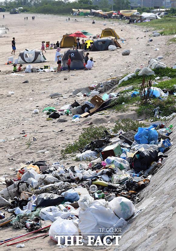 하나둘 쌓이기 시작한 해변의 쓰레기들이 한켠에 가득하다.