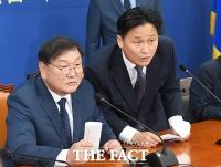 [TF포토] 취재진 질문에 답변하는 김태년 원내대표