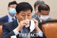 [TF포토] 물 마시는 구윤철 국무조정실장