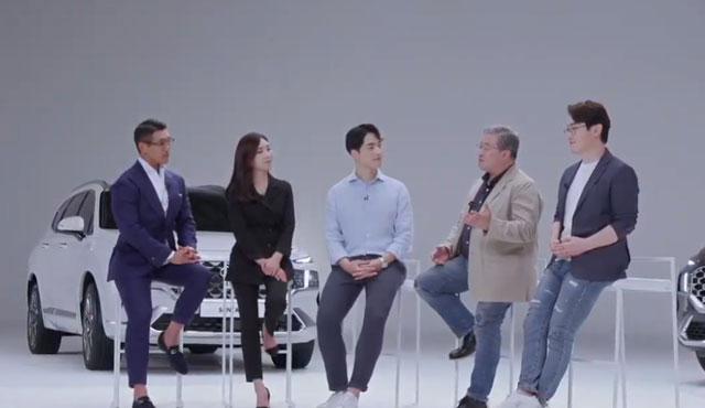 크리에이터 야생마(왼쪽부터), 권봄이 카레이서, 시승현 국내마케팅2팀 매니저, 나윤석 자동차 칼럼니스트, 전승용 자동차 전문 기자가 더 뉴 싼타페의 상품성에 대해 이야기하고 있다. /현대차 유튜브 영상 캡처
