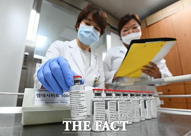 1일 오후 서울 중구 국립중앙의료원에서 의료진이 코로나19 치료제 중 하나인 렘데시비르를 분류하고 있다. /이동률 기자