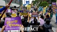 [TF포토] 1446차 수요집회, '구호 외치는 정의연'