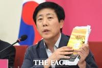 [TF포토] 북으로 띄운 책 설명하는 박상학