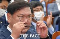 [TF포토] 안경 고쳐쓰는 김태년
