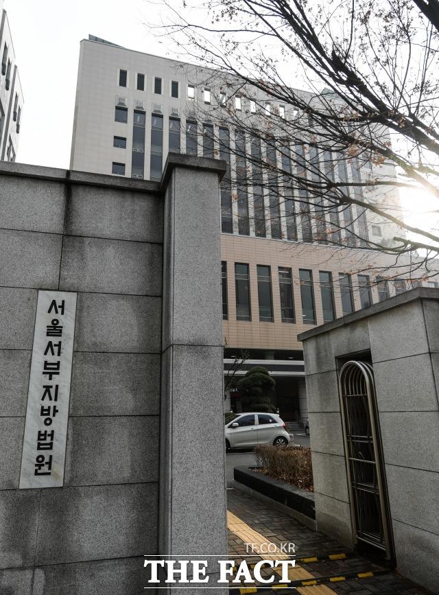서울서부지법은 접근금지 명령을 받고서도 계속해서 협박성 문자 메시지를 보낸 혐의(협박)로 재판에 넘겨진 신모(50) 씨에게 징역 1년 6월을 선고했다고 2일 밝혔다. /더팩트 DB
